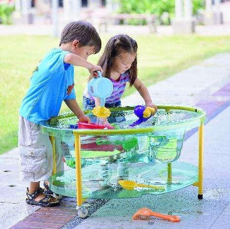 Transparenter Sand- und Wassertisch