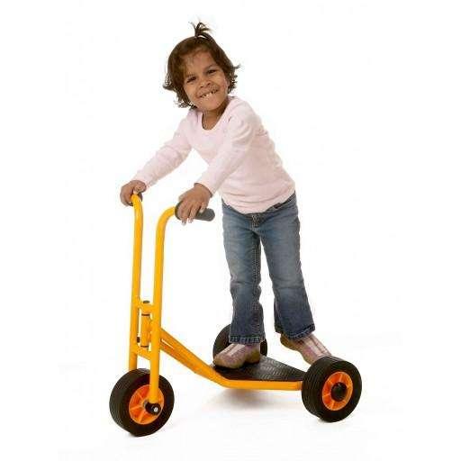 sicherer Roller mit großer Standfläche, niedrig gebaut mit schmalen Handgriffen