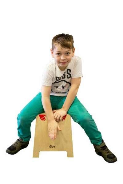 Cajon, stapelbar, Trommelhocker mit Trommelheft und Handaufkleber in den Höhen 34 und 45 cm - KiTa-Spielewelt.